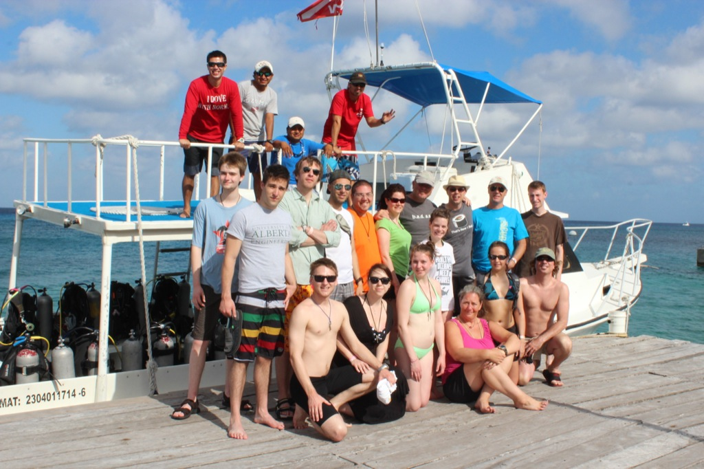 U of A group shot, with the No Problem boat in Cozumel